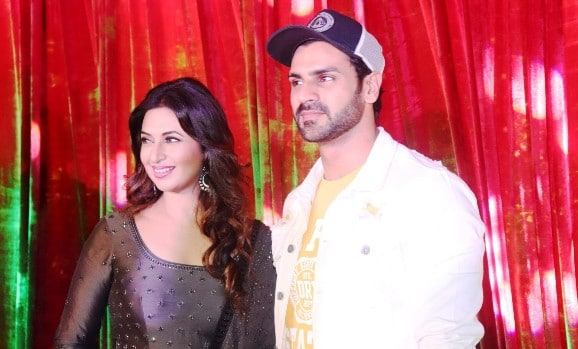 celebrity-couple-divyanka-and-vivek-dahiya-inaugurated-club-estella-at-runaval-allegante